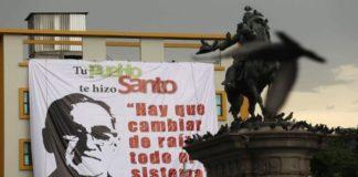 Un cartel con la imagen del monseñor cuelga de la fachada de un edificio en el centro de San Salvador